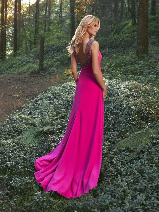 Espalda de vestido largo de fiesta azul con escote en v y pedrería Pronovias